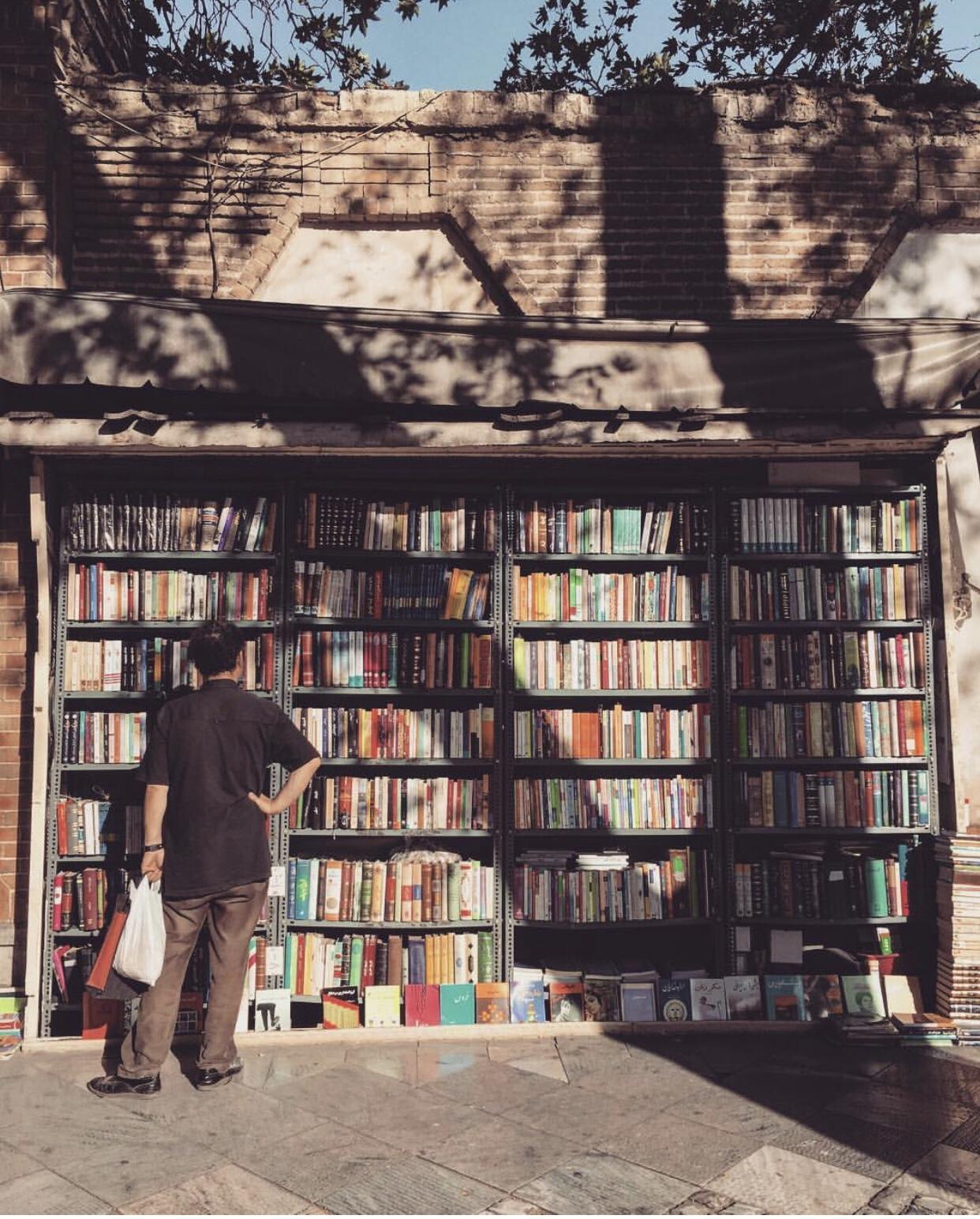 عدسة إيرانية: مكتبة مجانية أمام محطة مترو عمر الخيام جنوبي طهران 1
