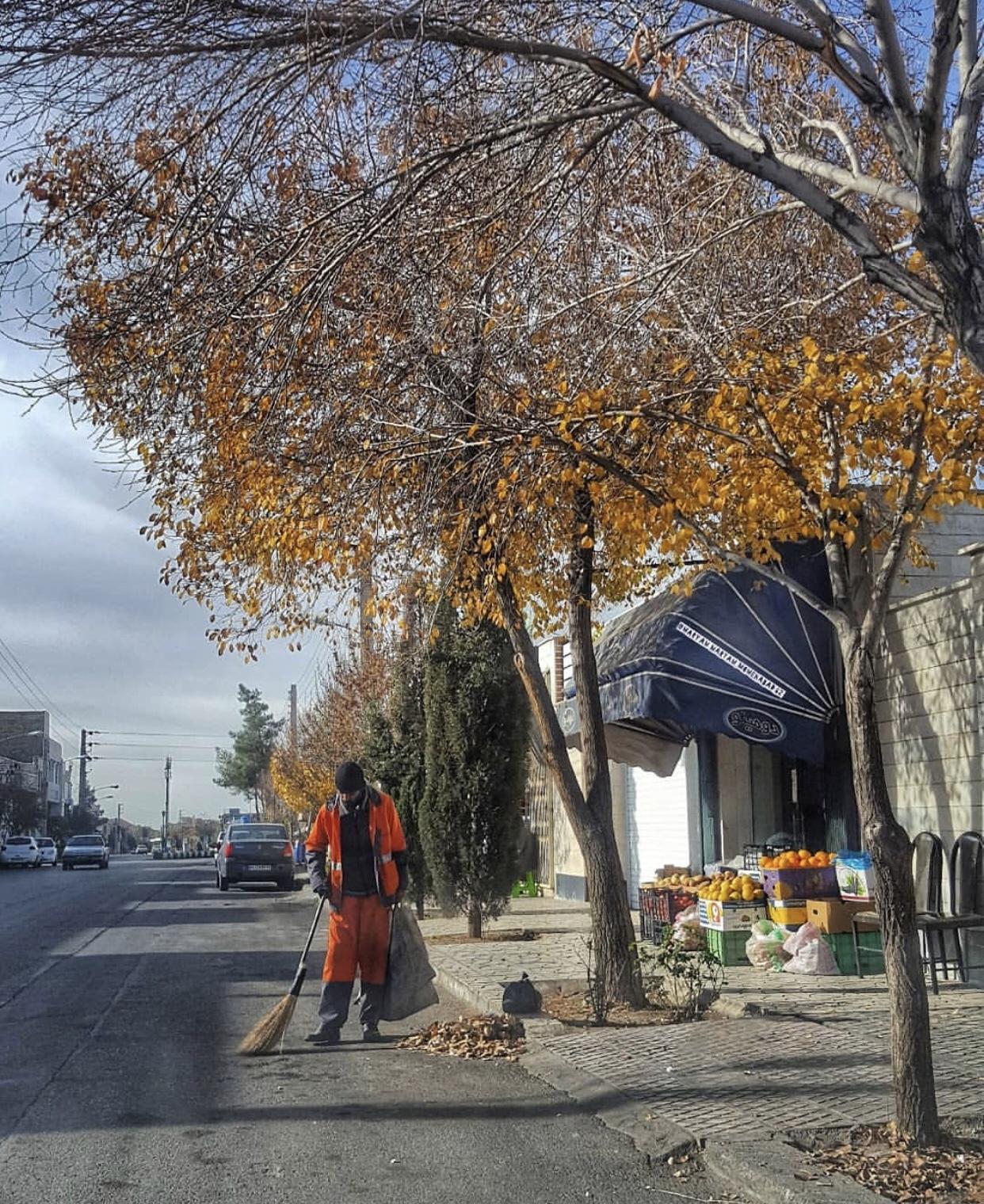 عدسة إيرانية: عامل نظافة يقوم بتنظيف الشارع في سمنان 1