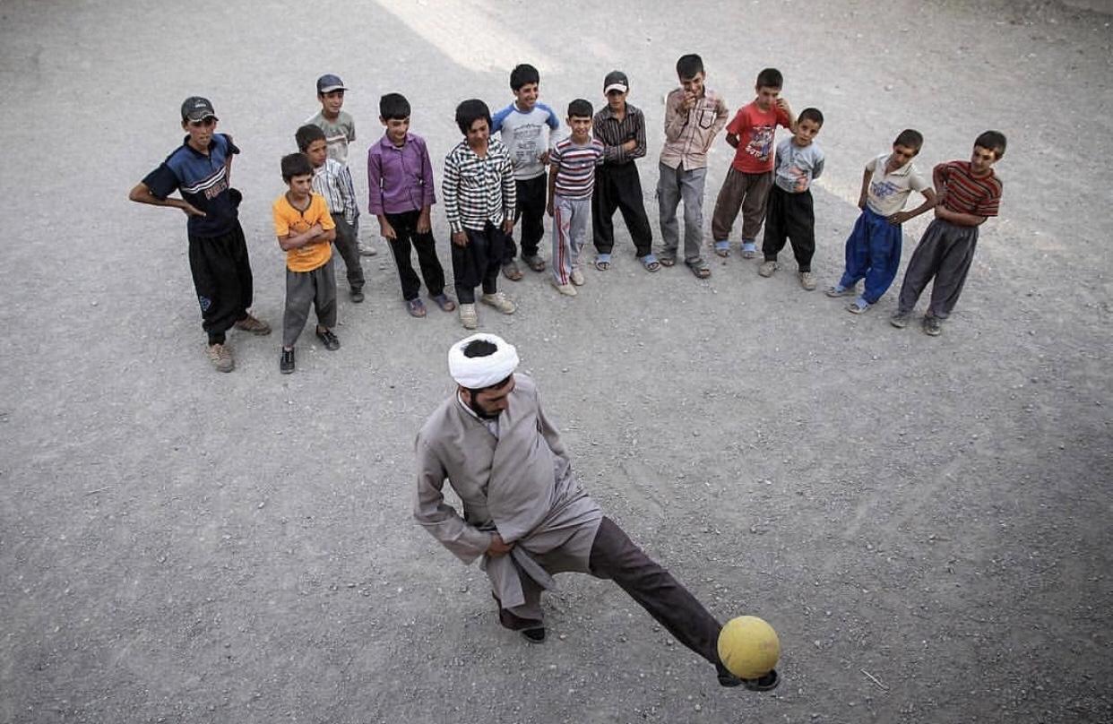 عدسة إيرانية: رجل دين يداعب الكرة في قزوين 3