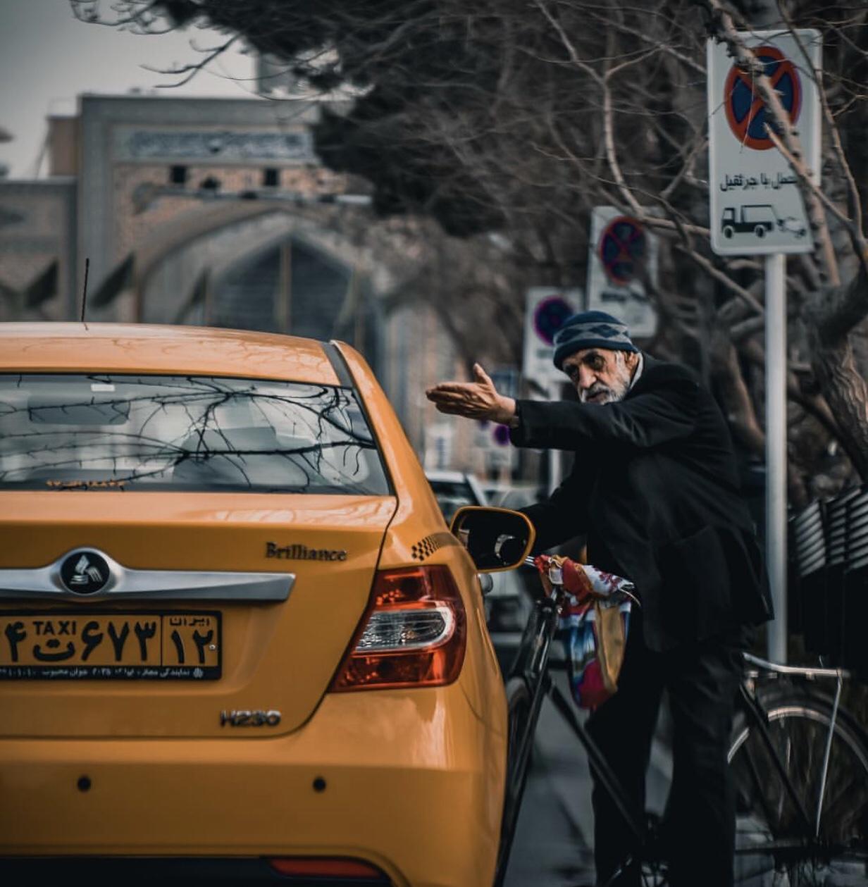 عدسة إيرانية: دراجة وتاكسي في مشهد 1