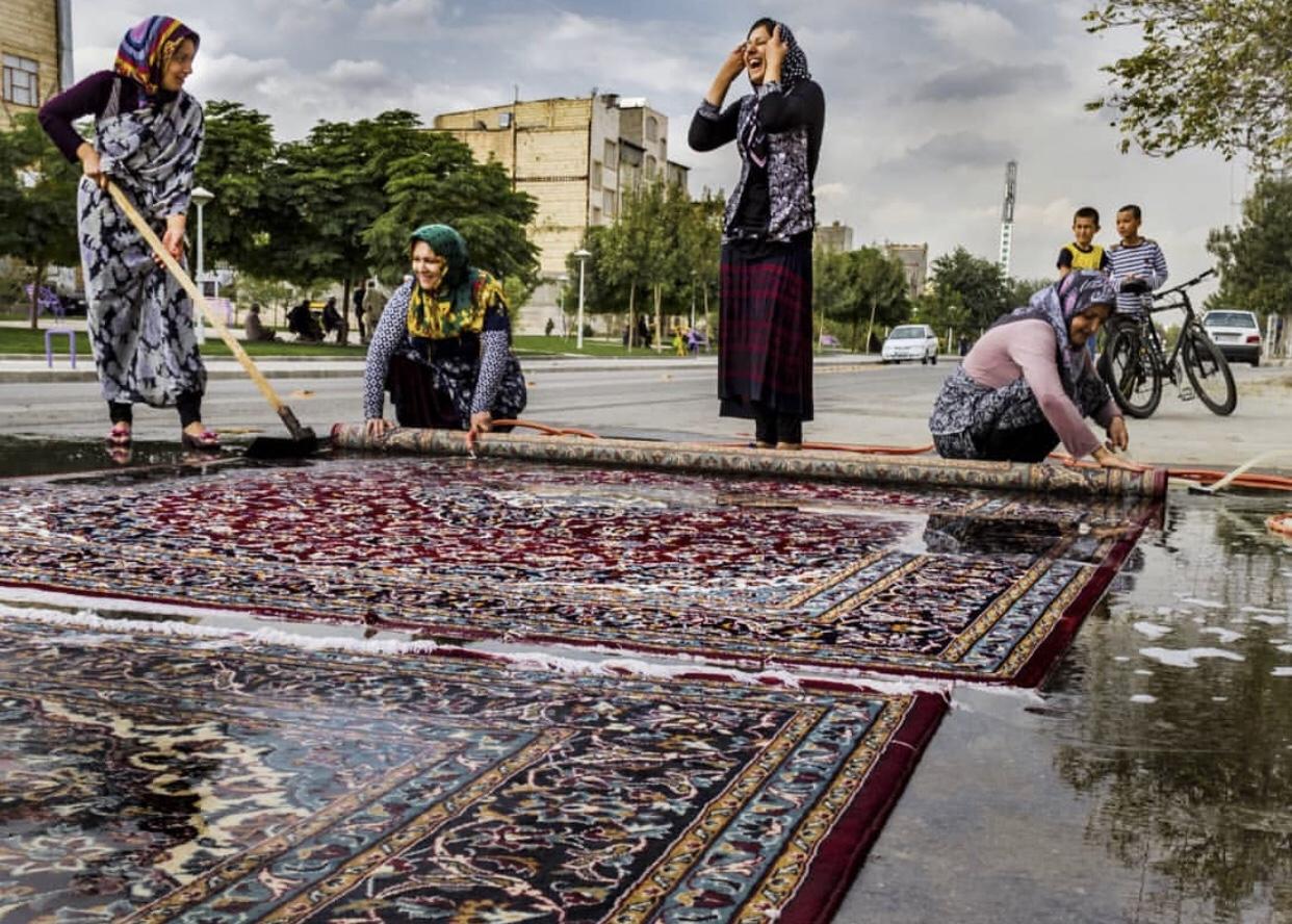 عدسة ايرانية: ابتسامات تغسل السجاد 1
