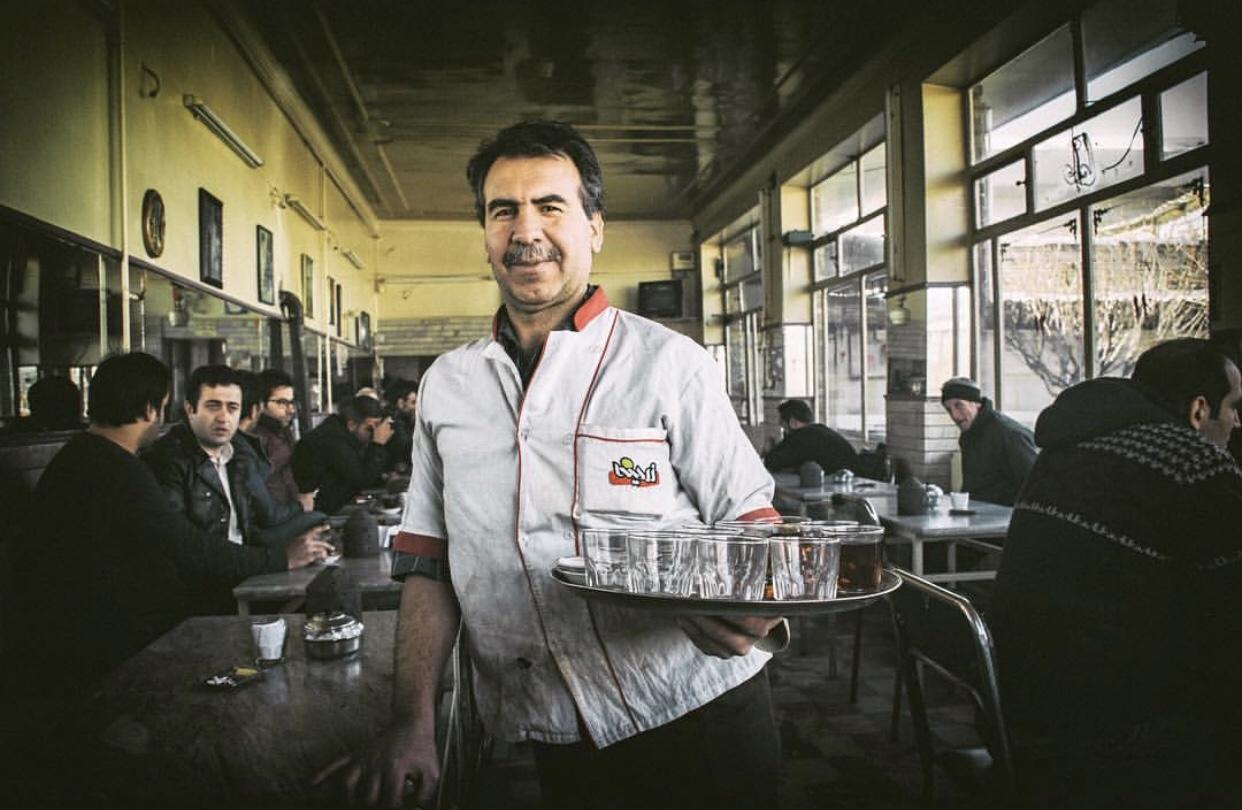 عدسة إيرانية: رجل المقهى السعيد 1