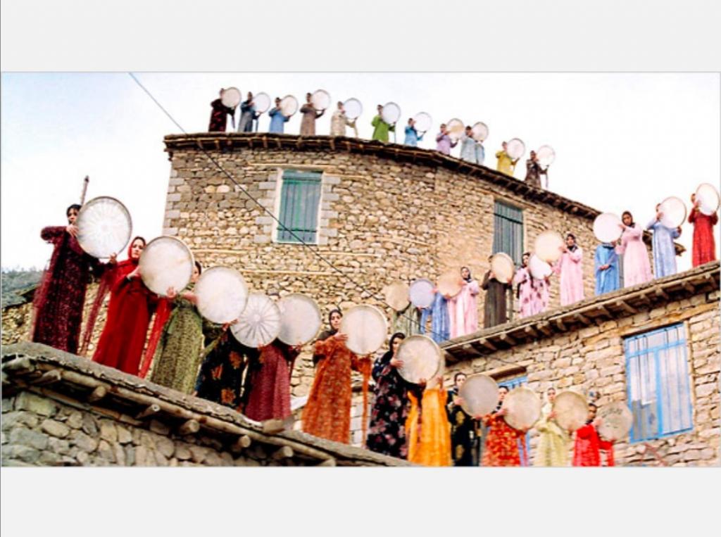 النساء إذ تغنين وقضايا أخرى في فيلم (نصف القمر) لـ بهمن قبادي 2